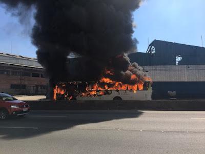 Ônibus é incendiado na Linha Amarela perto do Alemão, diz PM
