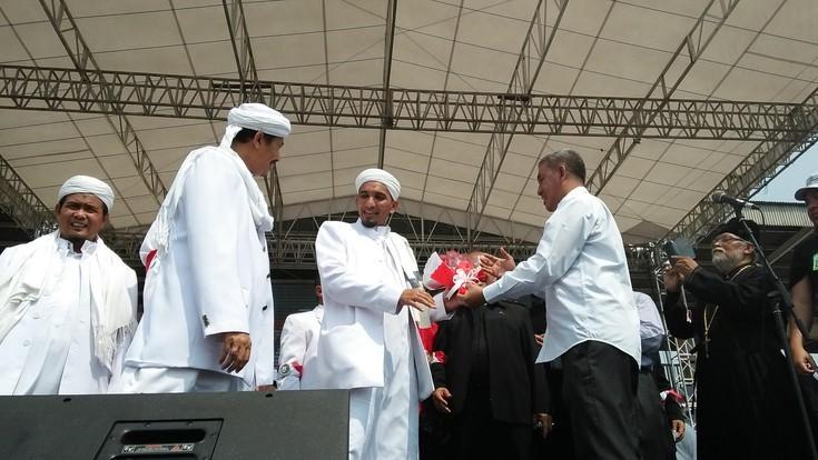 Mawar Merah untuk FPI Dari Tokoh Lintas Agama : FPI Dari Dulu Dekat Denga Pemeluk Agama Lain