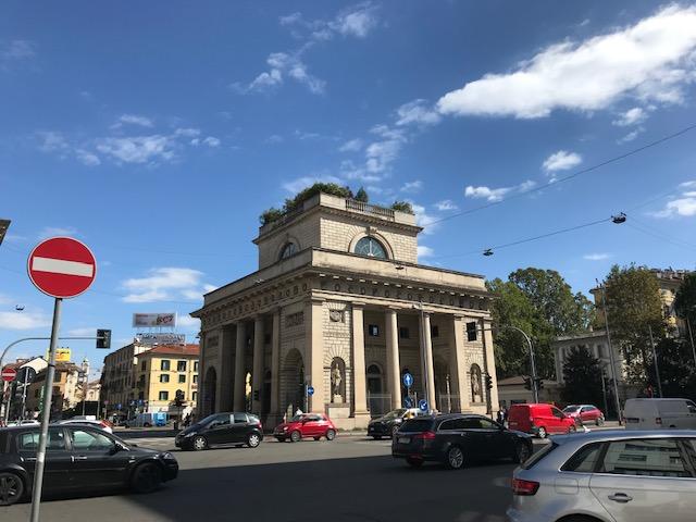 コルソ・ヴェネチア通りにあるポルタ・ヴェネチアという19世紀の交通門