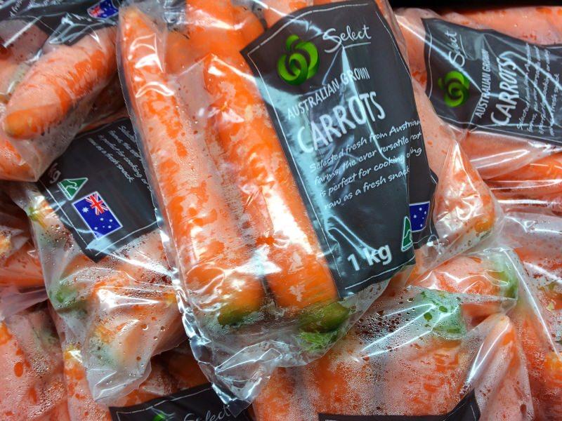 Cenouras embaladas em plástico