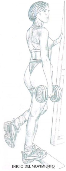 Realización de la elevación de talón con mancuerna, ejercicio