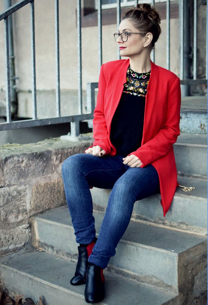 Jeans und roter Blazer zum Valentinstag, amy Vermont