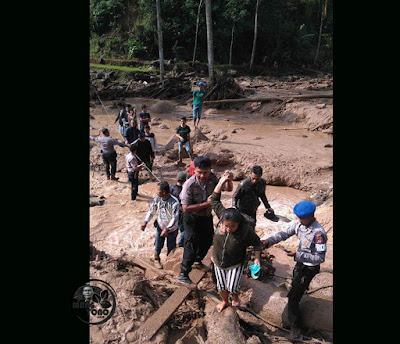 Foto : POLRI, TAGANA dan warga evakuasi korban bencana banjir bandang Desa Sukakerti, Kec. Cisalak, Kab. Subang.