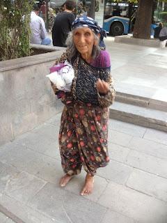 Ankara Caddelerinde Cumhuriyetle Yaşıt Bir Anadolu Kadını
