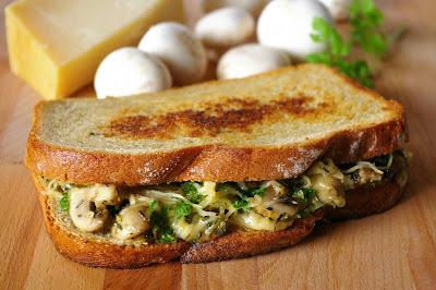 sandwicz na ciepło, sandwich z pieczarkami i serem,