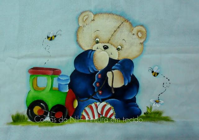 fralda azul com pintura de bebe urso com trenzinho de madeira