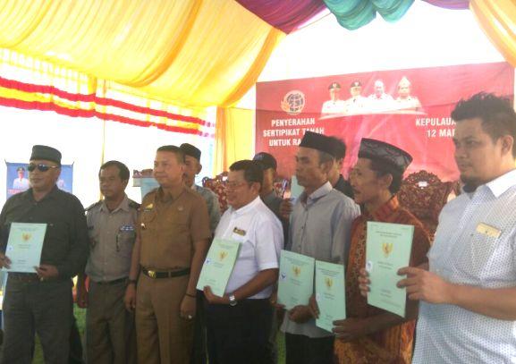 Warga Desa Lowa Terima Sertifikat, Tanah Program PTSL
