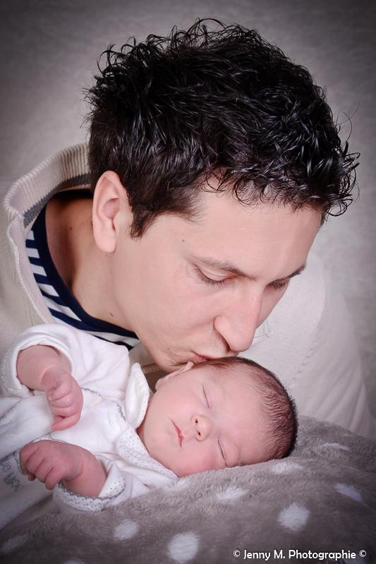 portrait papa avec bébé bisous de papa