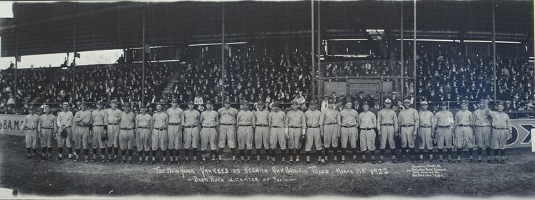 Photographie panoramique de l'équipe des New York Yankees en mars 1922 par E. O. Goldbeck