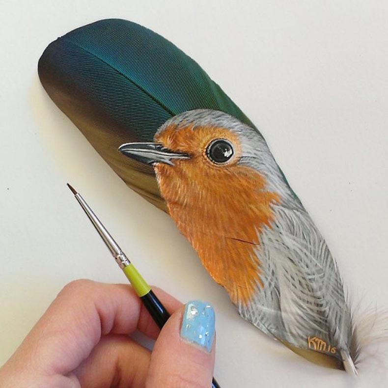 Pinturas en miniatura del animal doméstico en plumas de pavo