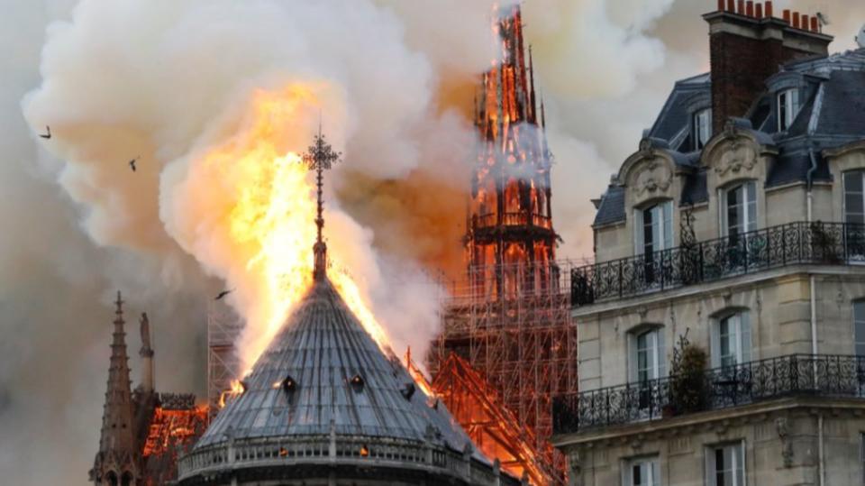 """الملياردير الفرنسي مالك """"غوتشي"""" و""""إيف سان لوران"""" يتعهد بتقديم مئة مليون أورو لإعادة بناء كاتدرائية نوتردام"""