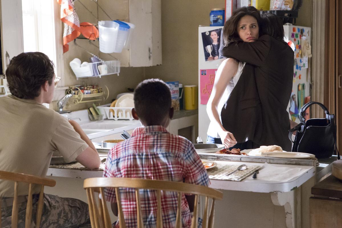 Frank abrazando a su hija Fiona en la octava temporada de 'Shameless'