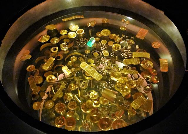 たくさんの金属製品の展示(コロンビア)
