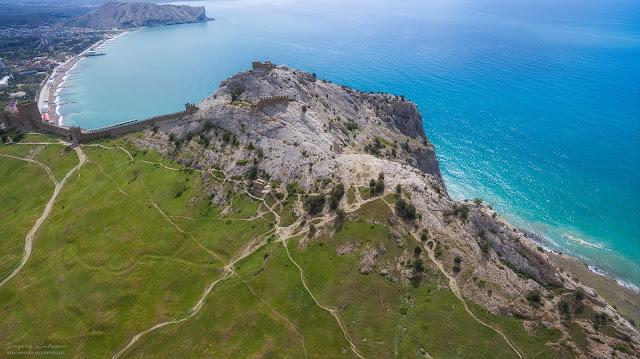 Вид с квадрокоптера на постройки византийского периода. Судакская крепость, Крым.
