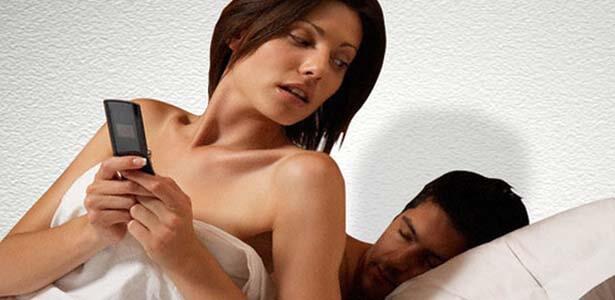 Mujer es infiel por Facebook mientras su esposo duerme