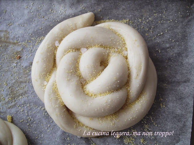 Come fare il Pane al latte fatto a casa a forma di rose usando il lievito di birra