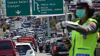 Kemacetan terjadi di jalur menuju kawasan wisata bogor sejak Jumat Pagi antrean langsung mengular pasca ruas yang sempat di tutup selama 12 jam kembali di buka volume kendaraan tinggi macet