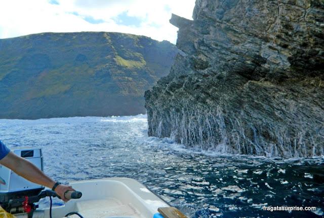 Aproximação de barco dos motu da Ilha de Páscoa