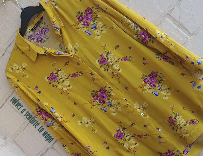 Camisa mostaza con flores de Stradivarius