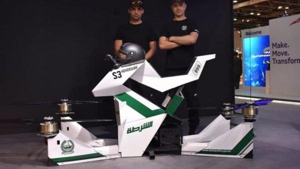A moto voadora que atinge 5 metros de altura (Imagem: Reprodução/Fatos Desconhecidos)