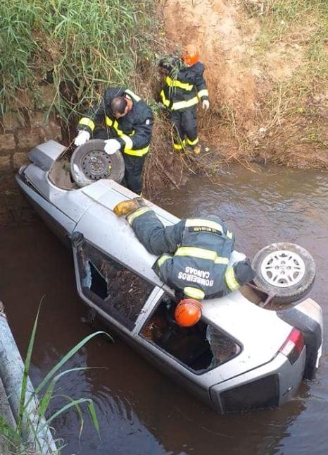 Carro cai na ponte na divisa de Cachoeirinha e Canoas
