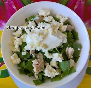 салат из листьев черемши с курицей и сыром