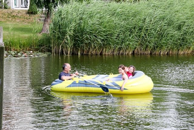 Familie im Schlauchboot