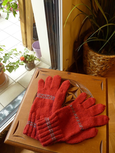 Knitted Gloves with fingers in Magic Loop