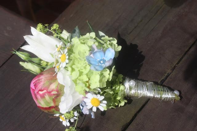 Boutonniere mit Pastellfarbenen Wiesenblumen und Pfingstrosen - Passiflori Penzberg - with peonies and pastel coloured meadow flowers