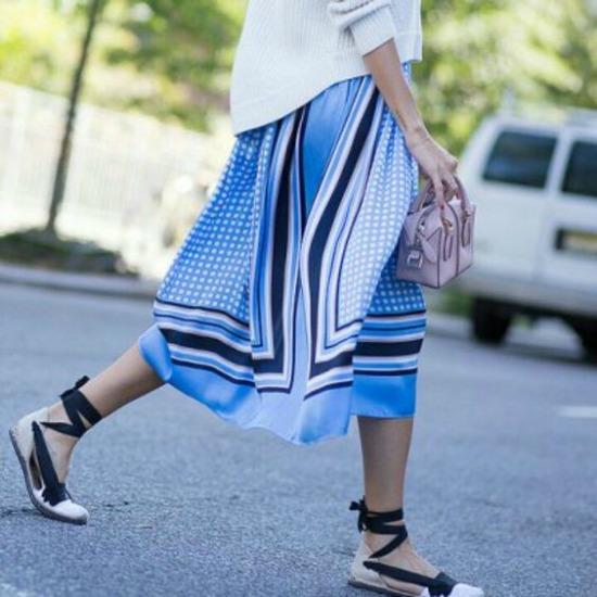 alpargatas de cintas blanco y negro con falda azul