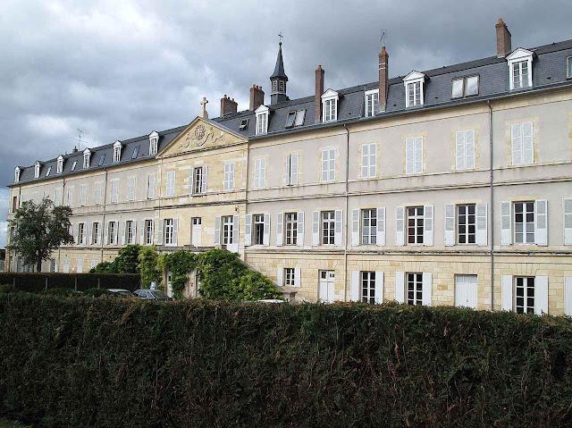 O convento de Nevers visto desde o jardim interno