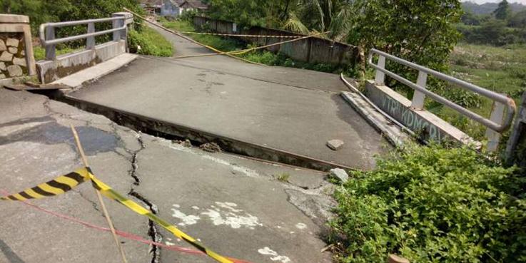 Jembatan di Perumahan Pesona Serpong roboh.