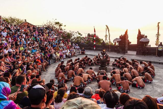Pura Uluwatu sebagai Tempat Wisata Malam di Bali