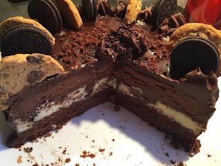 Recette du gâteau superposé chocolat noir, chocolat blanc, noisette et oreo
