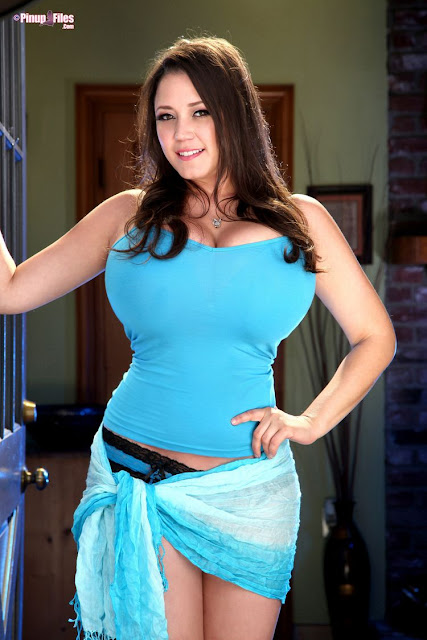 Ewa Sonnet Busty Babe   The Hot Dreamz