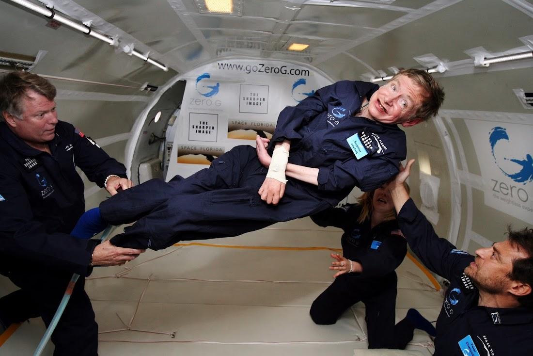 Stephen Hawking nổi lơ lửng bên trong khoang máy bay mô phỏng môi trường không trọng lực ở Đại Tây Dương. Hình ảnh: AP.