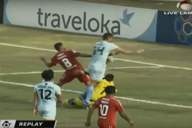 Persela Lamongan goalkeeper Choirul Huda collides with teammate Ramon Rodrigues