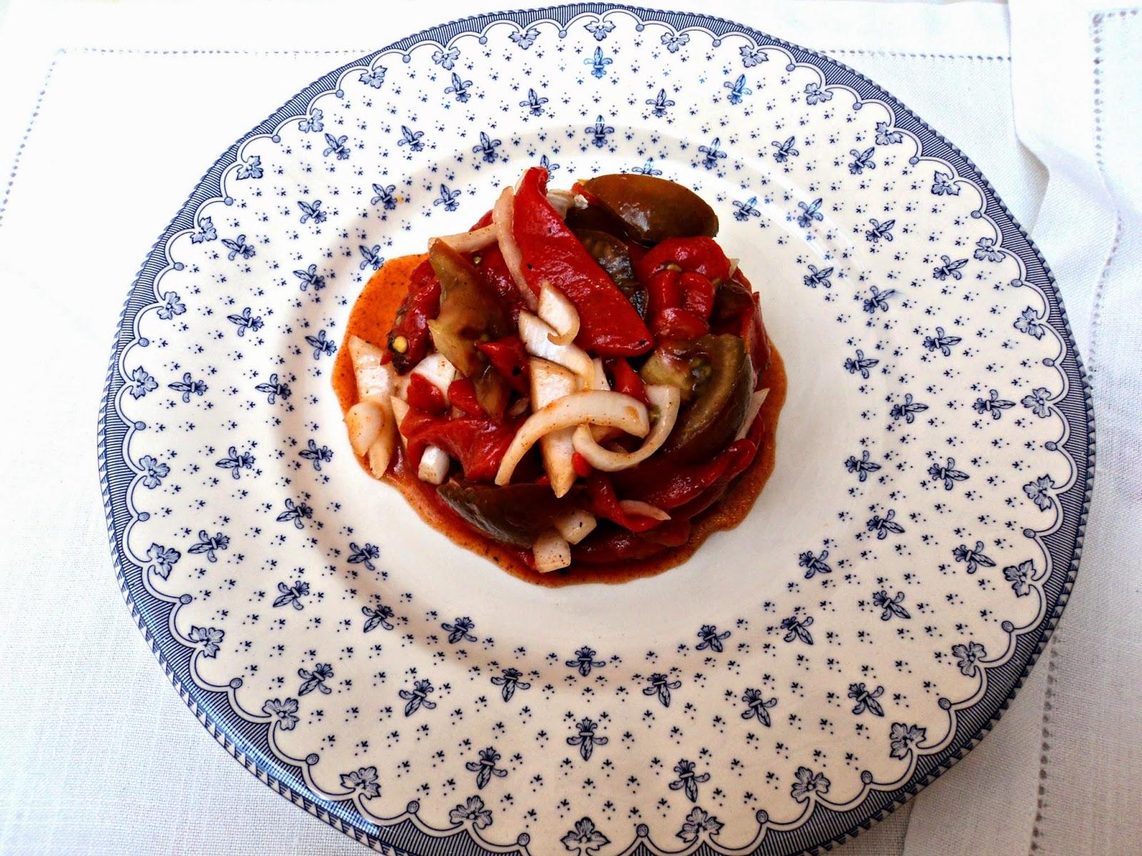 ensalada-pimientos-tomate-presentacion