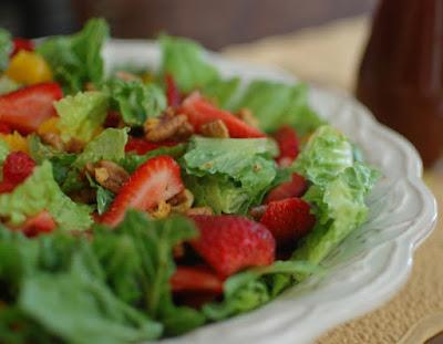 Salada de Alface, Morango, Tangerina e Noz-Pecã ao Molho de Canela (vegana)