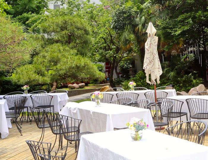 日仏学院ラ・ブラスリーでガーデンウェディングの会場の白いテーブルクロス
