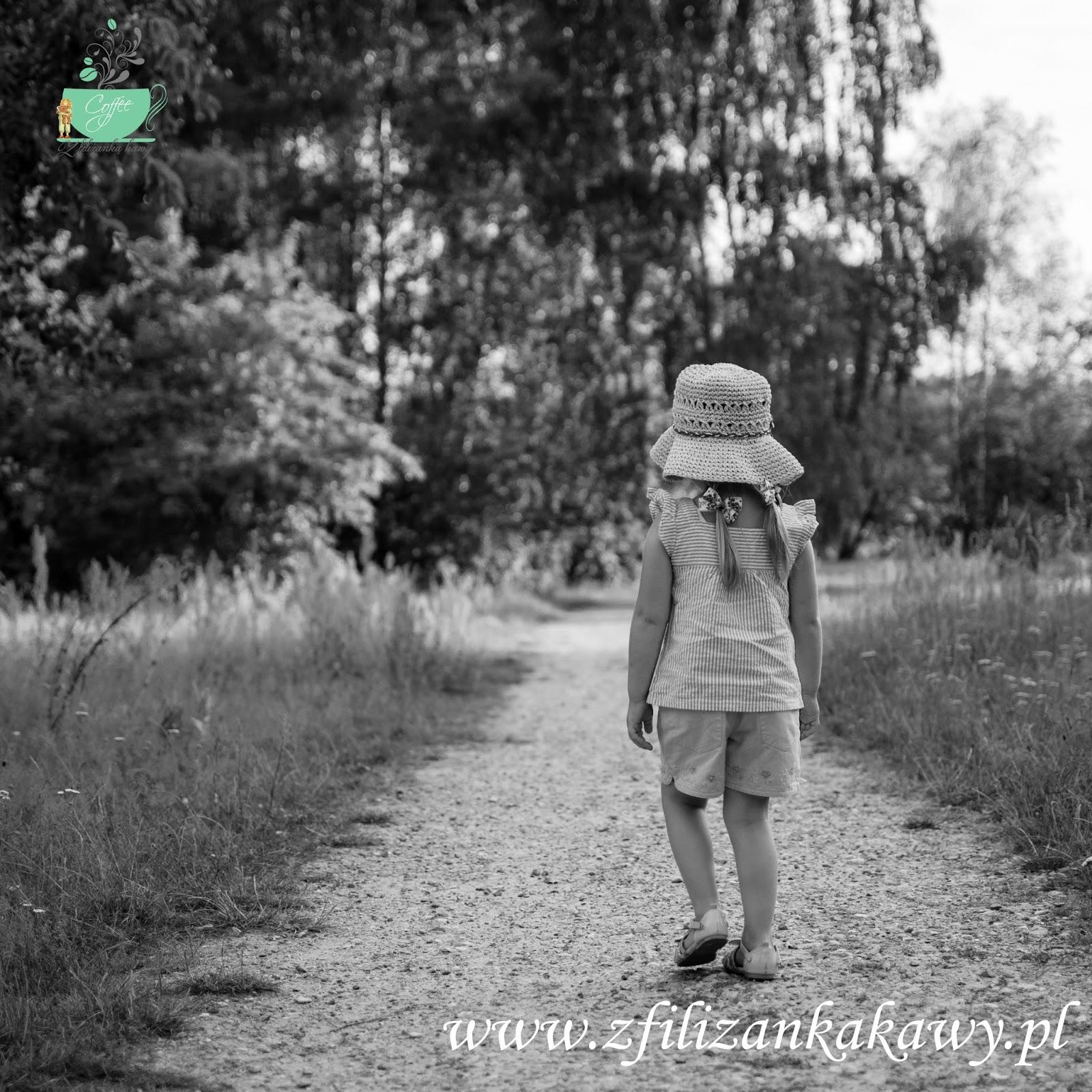 czarno-białe zdjęcie dziewczynka