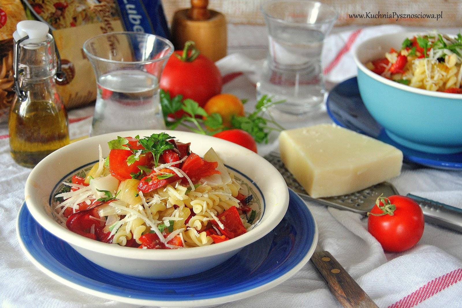 533. Sałatka makaronowa z pieczonymi warzywami i owczym serem