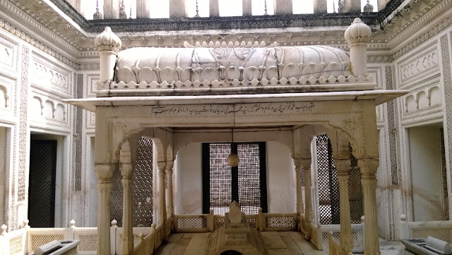 picture of one of the tombs of the paigah tombs