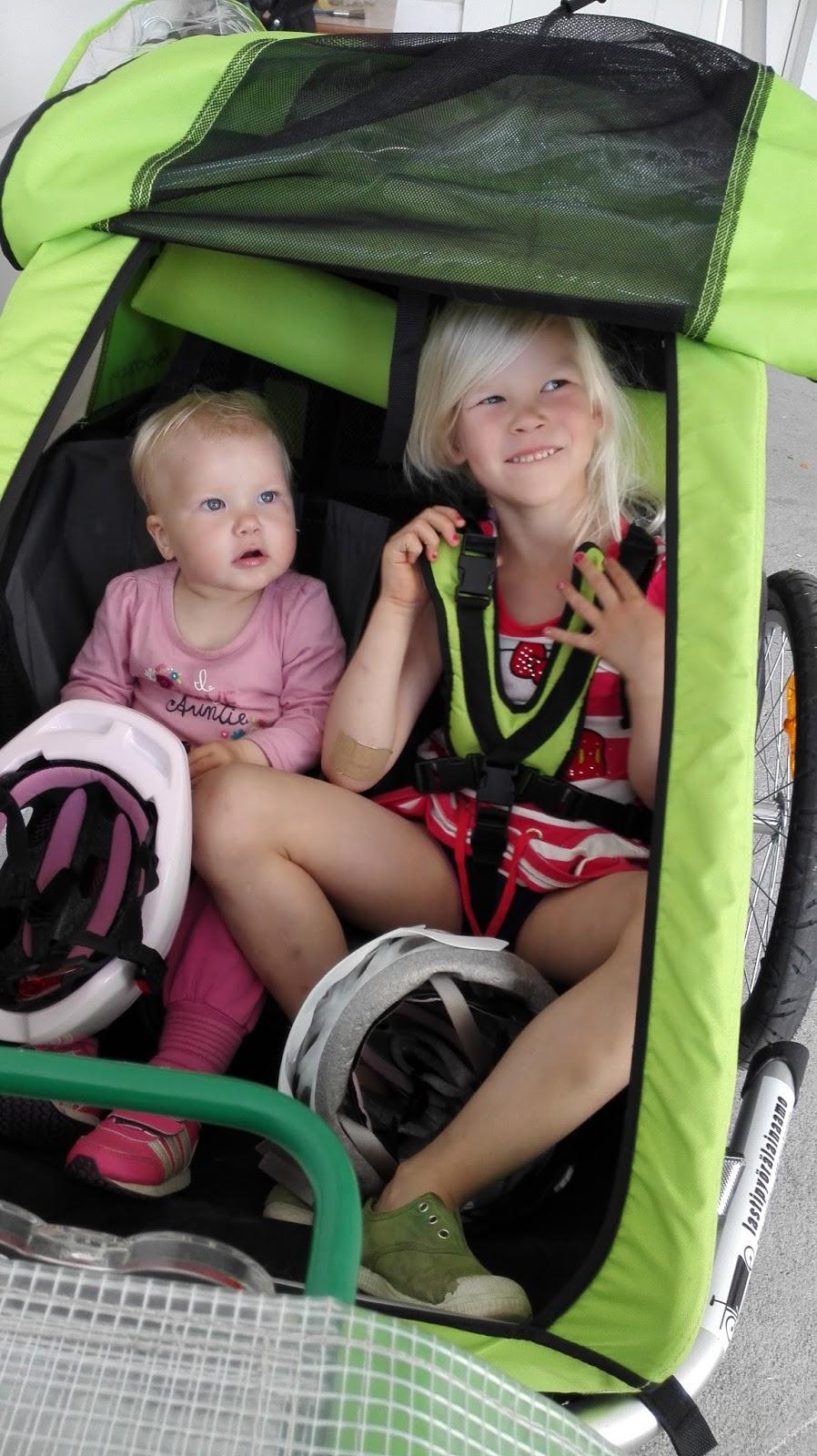 pyörän peräkärry kahdelle lapselle