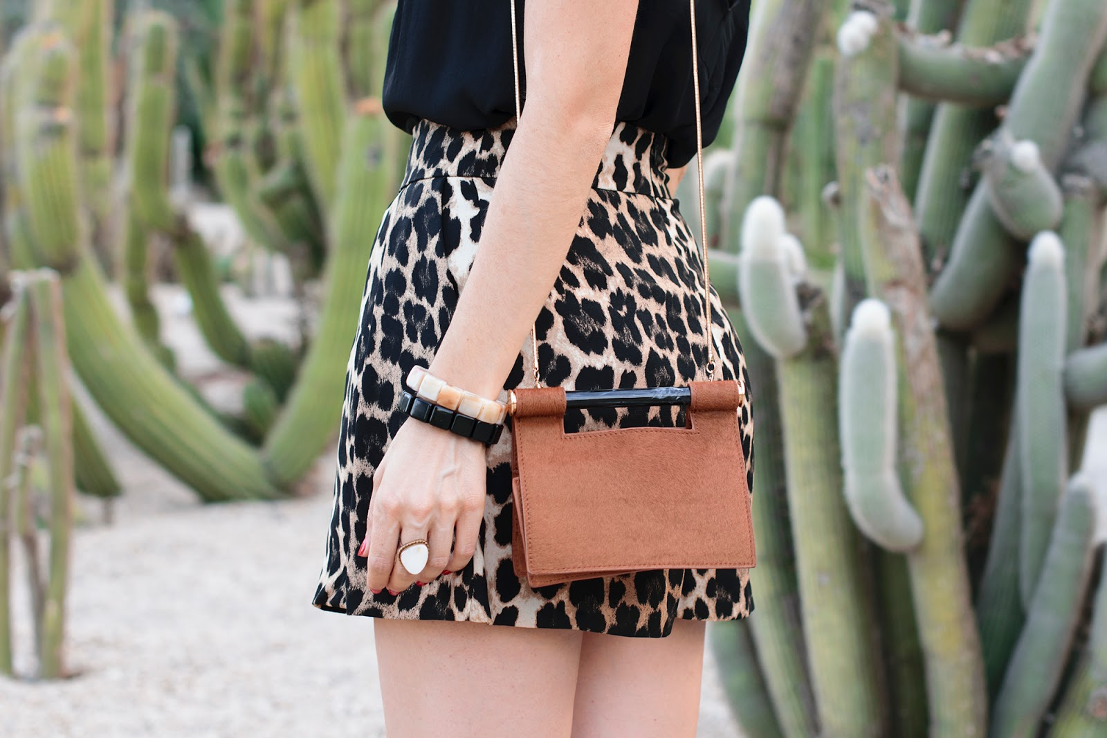 Look con shorts animal print en los jardines Mossèn Costa I Llobera