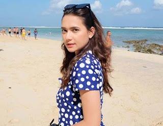Mayang Yudittia di Pantai