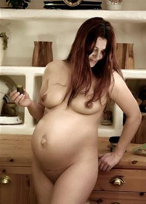 беременная позирует без одежды