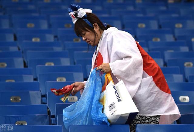 Hình ảnh đẹp của cổ động viên Nhật Bản sau trận đấu