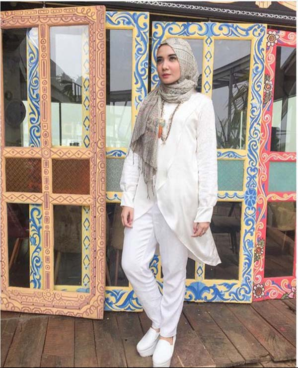Kreasi Modis Hijab Terbaru Warna Putih Ala Zaskia Sungkar