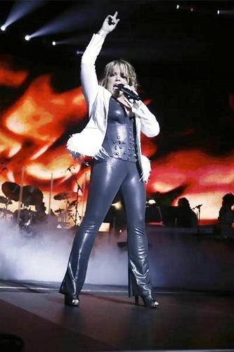 Foto de Ednita Nazario en concierto cantando